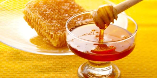 مكونات العسل من السكريات و الاملاح المعدنية و البروتينات و الفيتامينات و االانزيامات