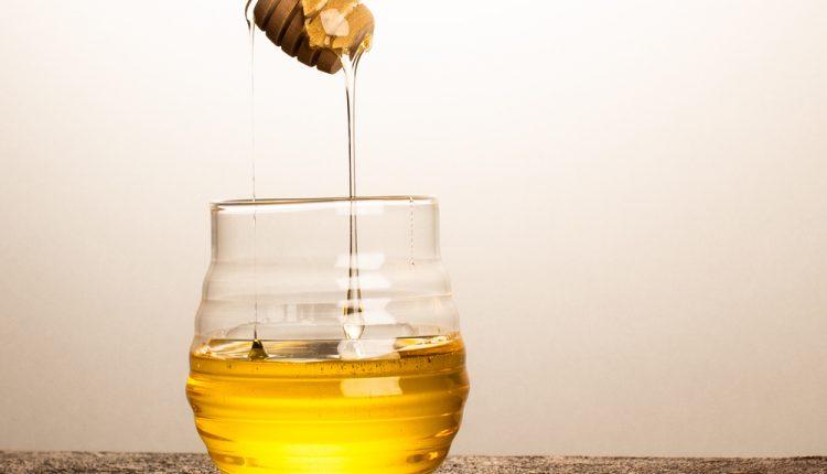 أهم فوائد شرب الماء بالعسل